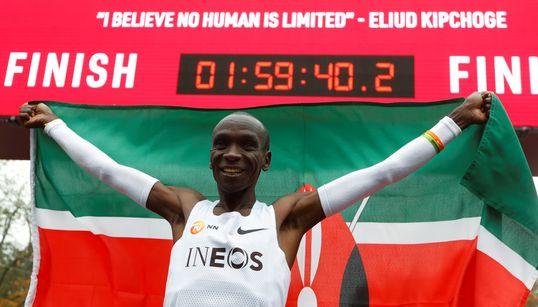 Marathon: le Kényan Eliud Kipchoge brise la barre des 2