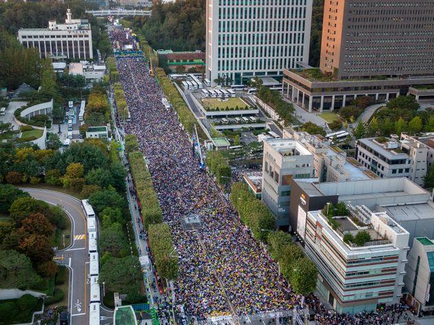 제9차 검찰개혁 촛불문화제가 열린 12일 서울 서초구 대검찰청 앞에서 '검찰개혁'을 외치는 시민들과 '조국 구속'을 외치는