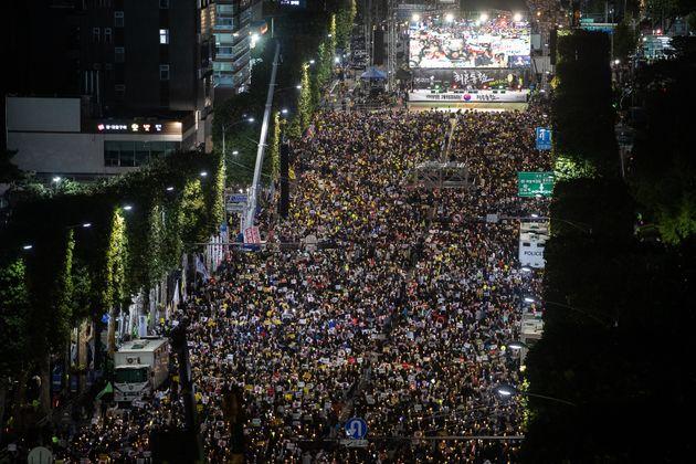 제9차 검찰개혁 촛불문화제가 열린 12일 서울 서초구 대검찰청 앞에서 시민들이 '조국 수호·검찰개혁'을 촉구하며 촛불을 들고