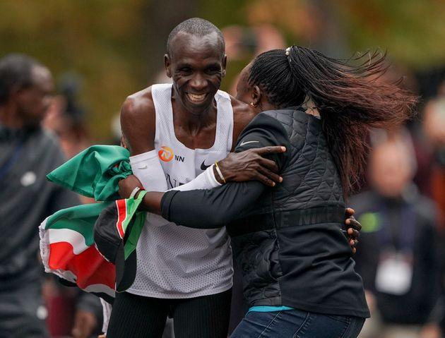 ΥΠΕΡΑΝΘΡΩΠΟΣ: Ο Κιπτσόγκε έτρεξε τον Μαραθώνιο σε λιγότερο από δυο