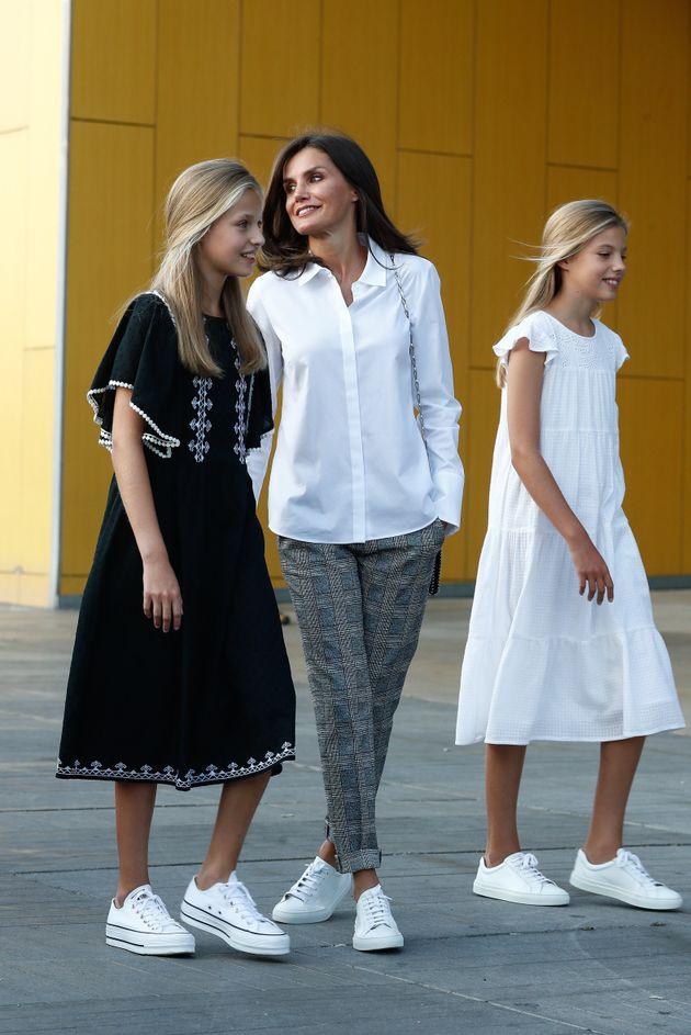 La infanta Sofía y la princesa Leonor con la reina