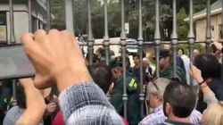 """″¡Queremos ir a misa!"""": La Guardia Civil contiene a un grupo de personas que quería entrar al Valle de los"""