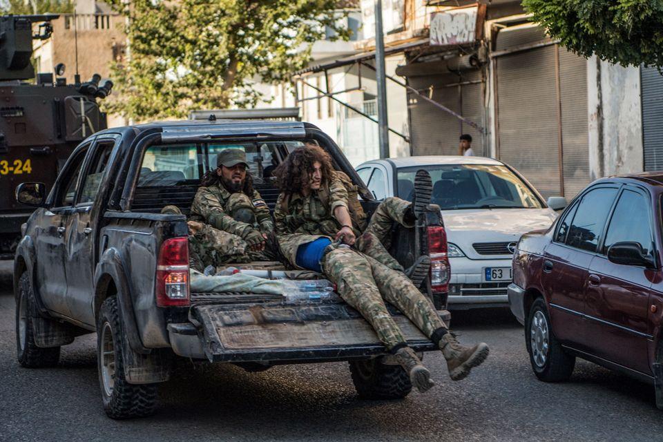 Άνδρες του Συριακού Εθνικού Στρατού (SNA) που υποστηρίζονται από την Τουρκία απομακρύνουν έναν σοβαρά τραυματισμένο συμπατριώτη τους, καθώς επιστρέφουν από την πρώτη γραμμή του Tel Abad στην τουρκική πόλη Akcakale στα σύνορα με τη Συρία