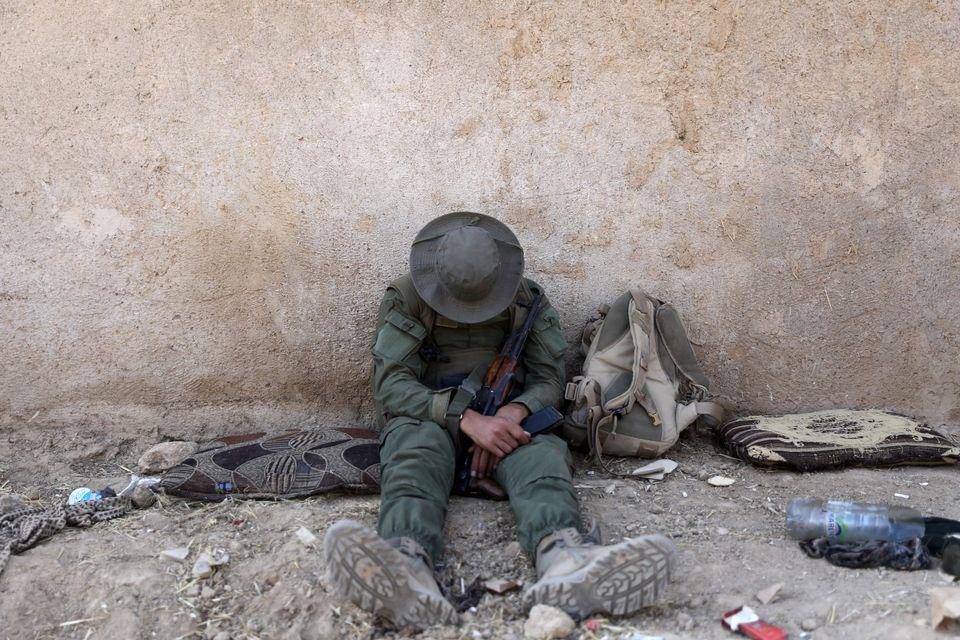 Σύρος αντάρτης με σκυμένο το κεφάλι κοντά στην πόλη Ρας Αλ Αΐν