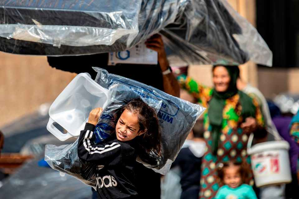 Οι Σύροι που εκτοπίστηκαν από τα σπίτια τους στη Ρας Αλ Αίν λαμβάνουν ανθρωπιστική βοήθεια στην πόλη Ταλ Ταμρ