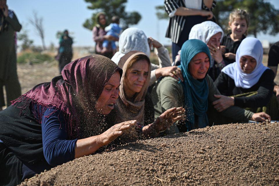 Ο θρήνος για τους πρώτους πεσόντες, τα πρώτα θύματα της τουρκικής εισβολής.