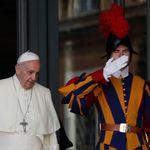 Foto addetti Vaticano sospesi, il Papa attacca: