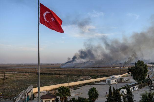 Une photo prise du côté turc à Akcakale le 10 octobre 2019, le deuxième jour...