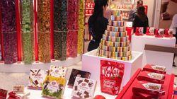 Loja especializada em KitKat tem torre de chocolate e vende 18 sabores
