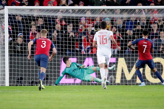 King marca el gol del empate tras el penalti de