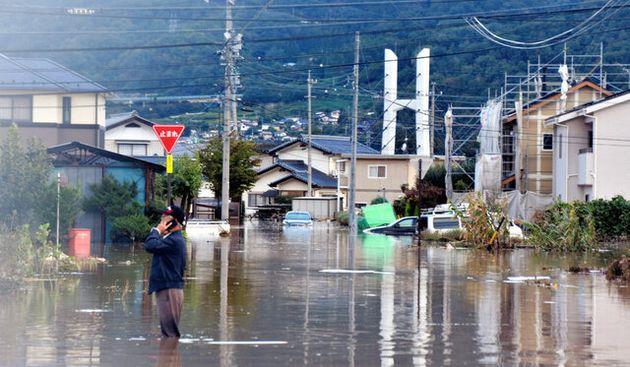 千曲川の氾濫(はんらん)でひざまで浸水した住宅街=2019年10月13日午前6時36分、長野県千曲市、里見稔撮影