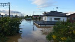 阿武隈川が氾濫。福島県本宮市中心部が水没し、ボートで住民の救出作業