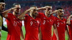 Ce salut militaire de joueurs turcs après un but va être