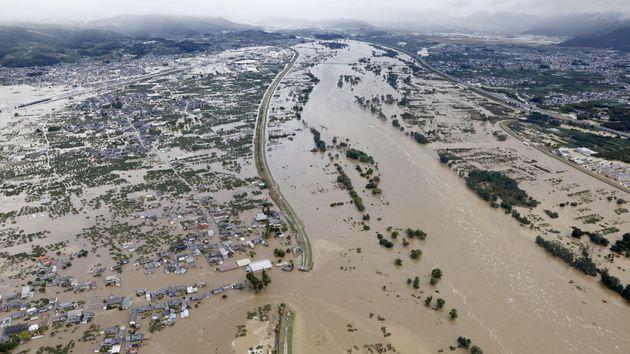 Des zones résidentielles inondées par lefleuve Shinano après le passage du...