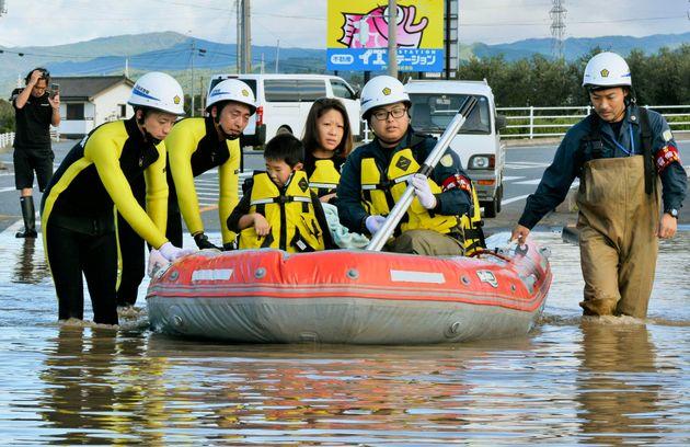 13일 후쿠시마현 이와키에서 주민들이 대피하는