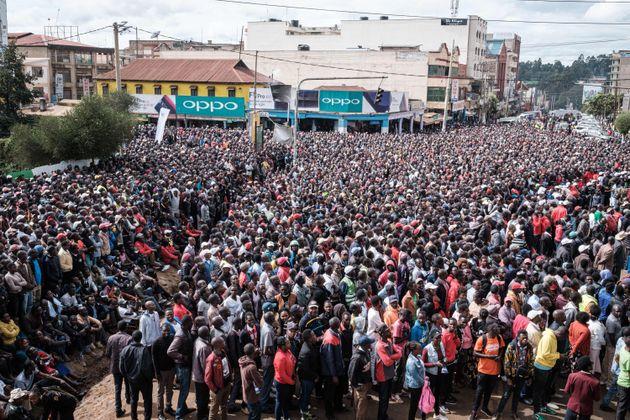 케냐 출신 킵초게의 도전을 보기 위해 나이로비의 시내 광장에 모인