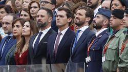 Cachondeo por un detalle en esta foto de Abascal, Rivera y Casado en el desfile: si te fijas bien, lo