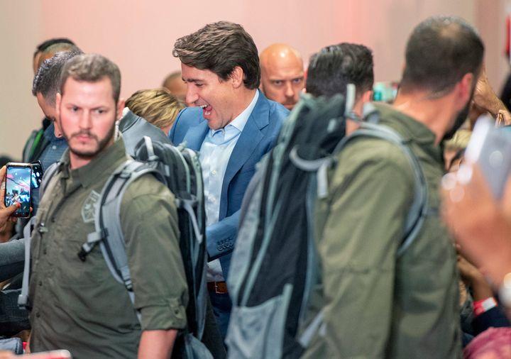 Le chef libéral Justin Trudeau, qui se présentait à un rassemblement à Mississauga, en Ontario, le samedi 12 octobre 2019, était entouré de plusieurs gardes de sécurité.