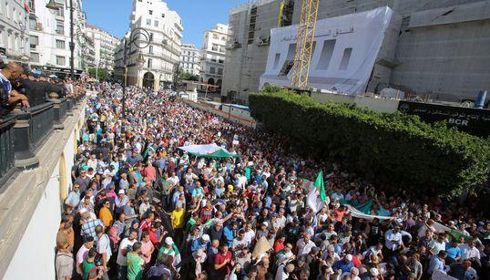 A Alger, une foule inattendue manifeste contre la loi sur les