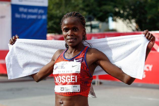 Maratona, cade anche il muro delle due ore e 15 minuti tra le donne
