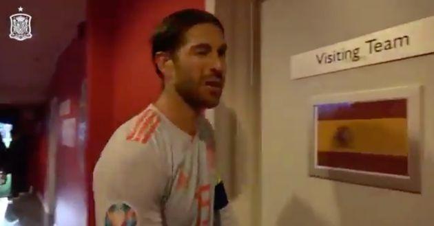 Sergio Ramos entrando al vestuario de