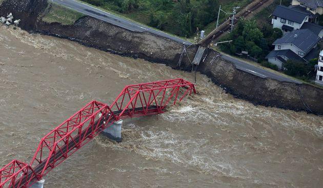 Une vue aérienne d'un pont endommagé surplombant la rivière Chikuma après...