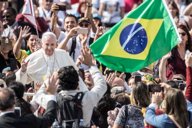 Papa Francisco se juntou à multidão, que celebrava a cerimônia com bandeiras, cartazes...