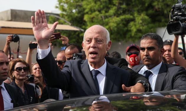 Kais Saied à la sortie du bureau de vote dans la ville d'Ennasr, le 13