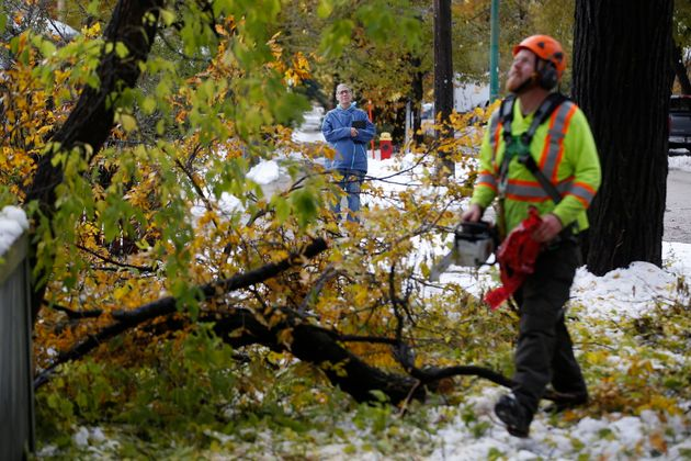 Des équipes de nettoyage s'activent le dimanche 13 octobre, après qu'une tempête...