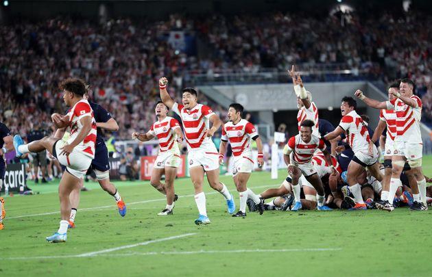 1次リーグ・日本-スコットランド。後半、山中亮平(左端)がボールを蹴り出してノーサイド。喜びを爆発させる日本の選手=13日、横浜国際総合競技場
