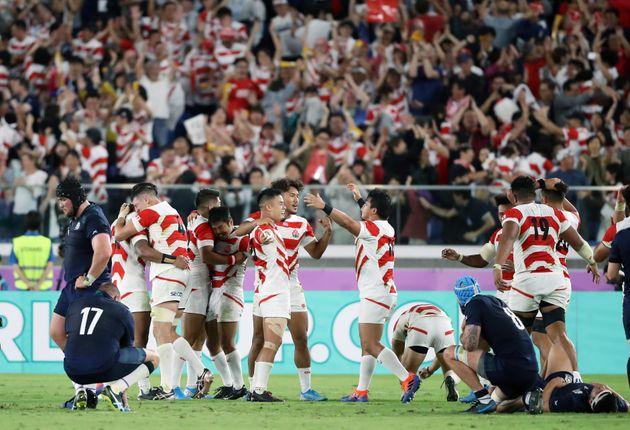 1次リーグ・日本-スコットランド。スコットランドに勝利してベスト8進出を決め、喜ぶ日本の選手=13日、横浜国際総合競技場