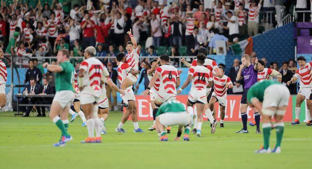 1次リーグ・日本-アイルランド。アイルランドに勝利し、喜ぶ日本代表フィフティーン=9月28日、静岡・エコパスタジアム
