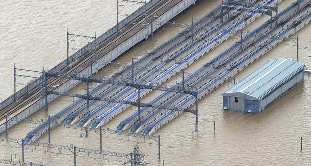 浸水した新幹線の車両=10月13日午後、長野市[時事通信特別機より]
