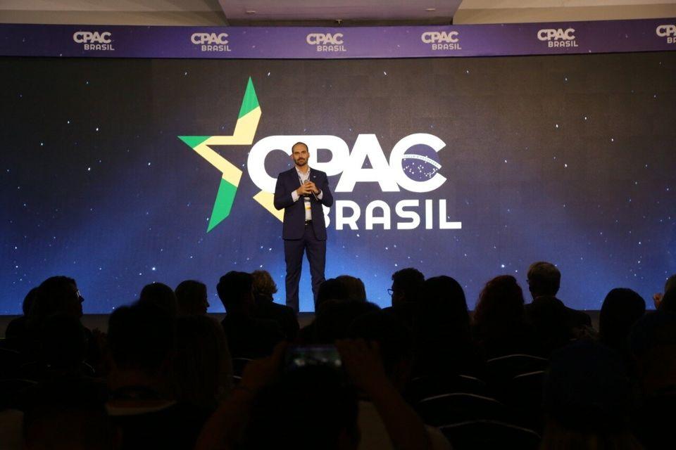 Deputado Eduardo Bolsonaro no palco da