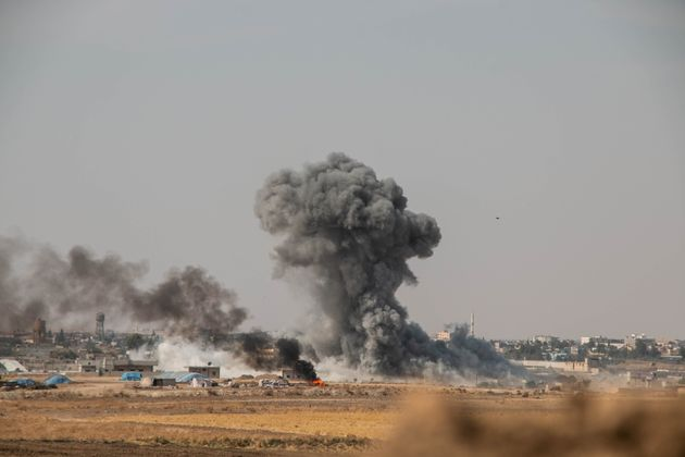 시리아 북부 라스 알 아인에서 연기가 피어오르고 있다. 터키 군과 '자유시리아군(TFSA)'은 쿠르드족이 장악하고 있는 시리아 북부를 겨냥한 '평화의 샘' 작전을 벌이고 있다. 2019년