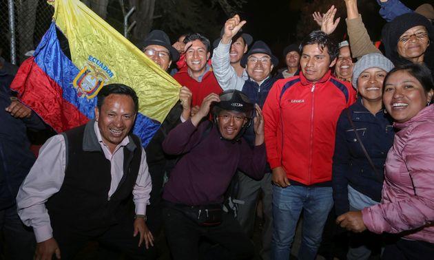 Des membres de la communauté indigène célèbrent l'accord trouvé avec le gouvernement équatorien ce 13...