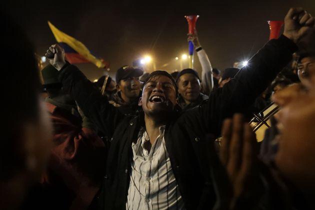 Manifestantes celebran el acuerdo logrado entre el Gobierno e