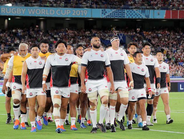 スコットランド戦に臨むリーチマイケル(中央)ら日本代表=13日、横浜国際総合競技場