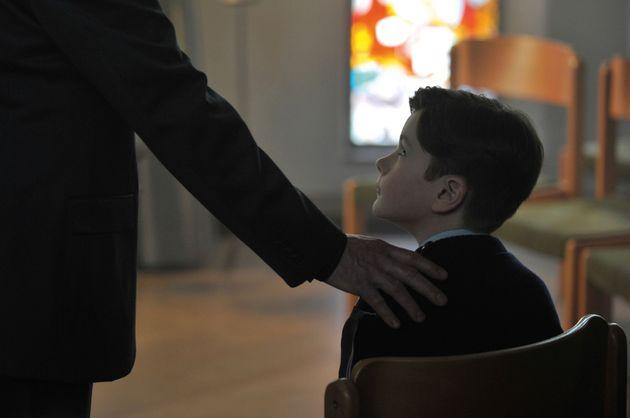 Il film caso di Ozon sui preti pedofili è una lezione di sob
