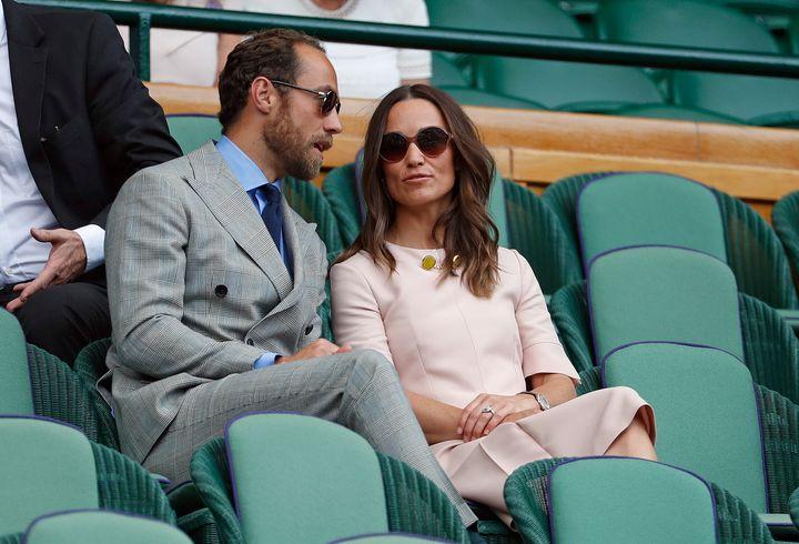 Pippa Middleton et son frère James, assis dans le box royal du court central de Wimbledon, en juillet 2019.