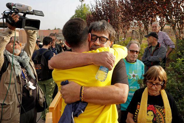 """Los activistas Joan Porras """"Joan Bona Nit"""" (de espaldas) y Jordi Pesarrodona (payaso) se abrazan al conocerse..."""