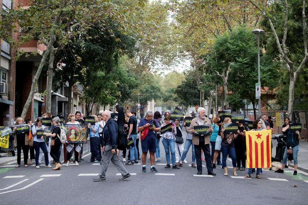 Decenas de personas se han concentrado ante la sede de la ANC en protesta por la sentencia del