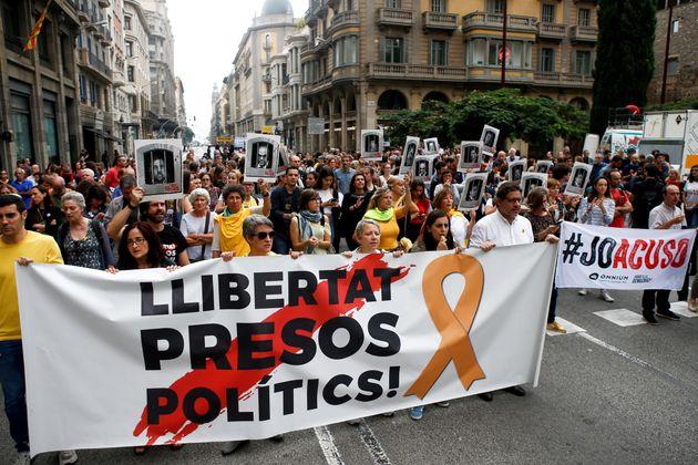 Centenares de personas cortan la céntrica Via Laietana de Barcelona en protesta por la sentencia del