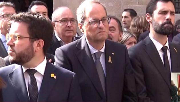 El president, Quim Torra, en la plaza de Sant Jaume, junto a Aragonès y