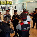Tensión en el aeropuerto y cortes en el AVE y carreteras tras conocerse la