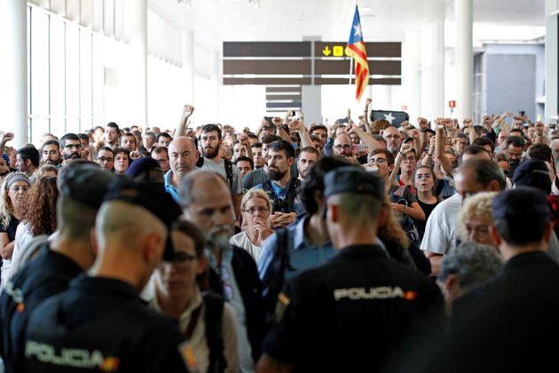 Agentes de los Mossos d'Esquadra y de la Policía Nacional controlan el acceso de personas a la terminal...