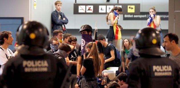 Agentes vigilan las protestas en el aeropuerto de El