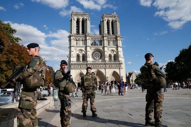 Des militaires sur le parvis de Notre-Dame de Paris en août