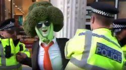 L'uomo-broccolo arrestato a Londra durante una manifestazione ambientalista