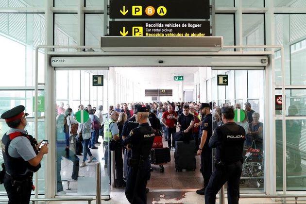 Agentes de los Mossos d'Esquadra y de la Policía Nacional controlan el acceso de personas a la...